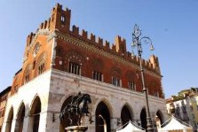 palazzo gotico,piazza di cavalli, piacenza. italain gourmet travel - jane gifford's exclusive photographic travel guide to italy